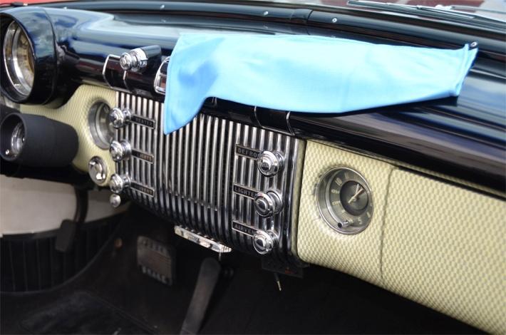 Interior de coche con bayeta de microfibra para limpiar el salpicadero