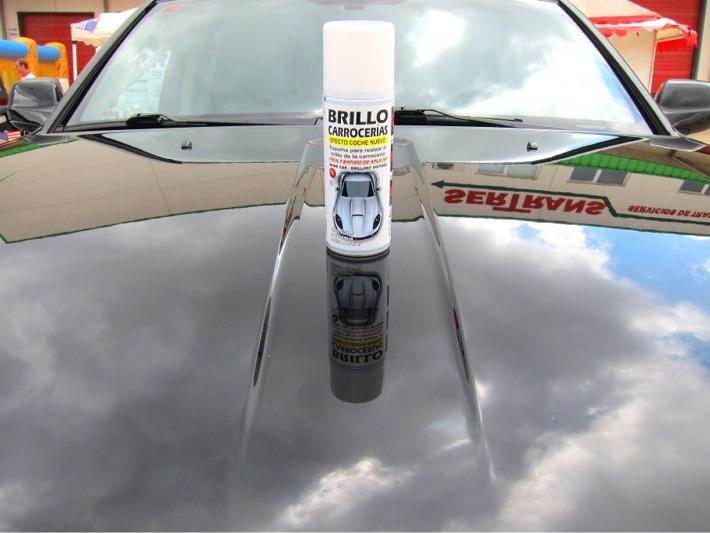 Spray brillo carrocerías sobre frontal de coche con carrocería brillante