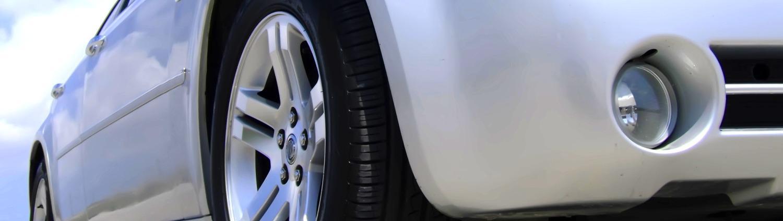 Coche con neumático abrillantado