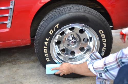 Aplicar abrillantador de neumáticos en ruedas de coche